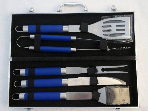 Неръждаеми прибори за барбекю със сини ръкохватки подредени в красив алуминиев куфар. Подходящ комплект за подарък.