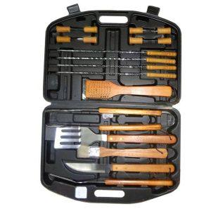 Прибори за барбекю с дървени ръкохватки. Всички необходими принадлежности за обслужване на барбекю.
