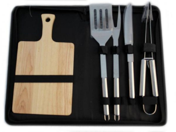 Прибори за барбекю с дъска за рязане. Преносим комплект с метални прибори и дървена дъска.