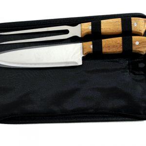 Комплект нож и дълга вилица за барбекю с дървени дръжки поставени в несесер.