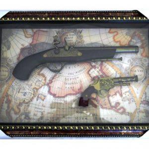 """Обемно дървено декоративно пано във формата на картина с """"ретро"""" пистолети"""