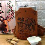 Комплект метална манерка с четири чаши и чантичка от еко кожа с гравирана мечка